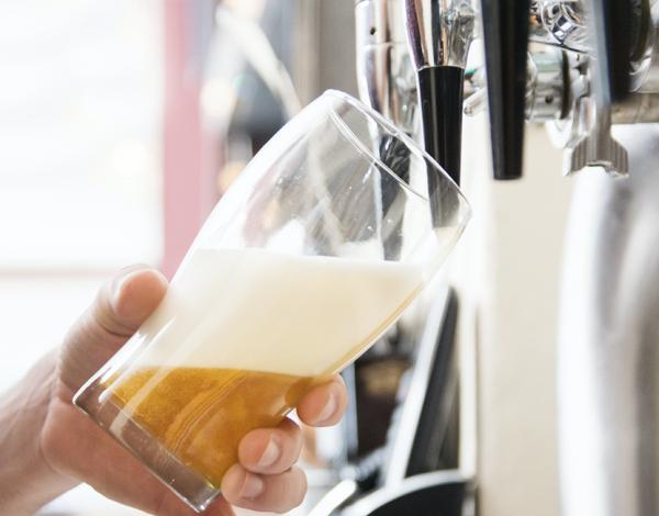 ¿Cómo se tira bien una cerveza?