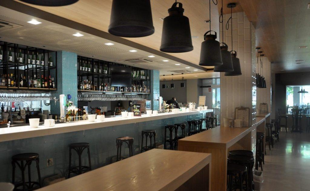 La barra, un lugar para compartir con nuestros clientes
